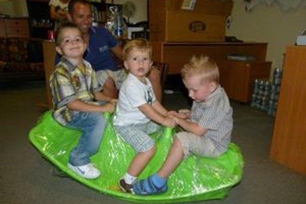 Deti zaujala hojdačka pre dvoch. Zmestili sa však aj traja.