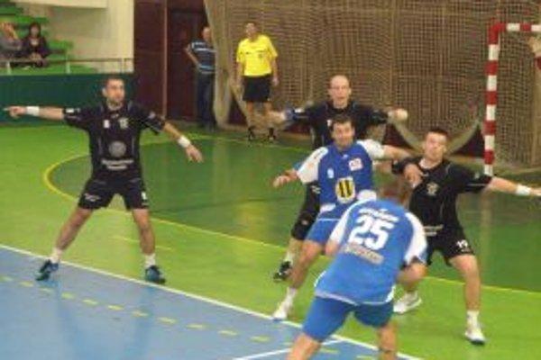 Hádzanári doma prehrali o trinásť gólov.