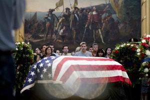 Pozostatky Johna McCaina vystavili na Kapitole v sídle Kongresu.