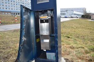 Vykradnutý automat na Nábreží mládeže. Lokalita nie je monitorovaná kamerami.