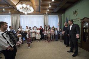 Na snímke vpravo predseda NR SR Andrej Danko v sprievode folklórneho súboru.