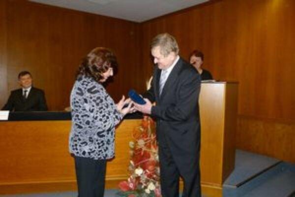 Predseda NSK Milan Belica odovzdal riaditeľke múzea pamätný list a zlatú plaketu.