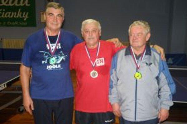Traja najlepší - zľava Jozef Macko, v strede víťaz Leopold Jurík a Pavol Hermann.