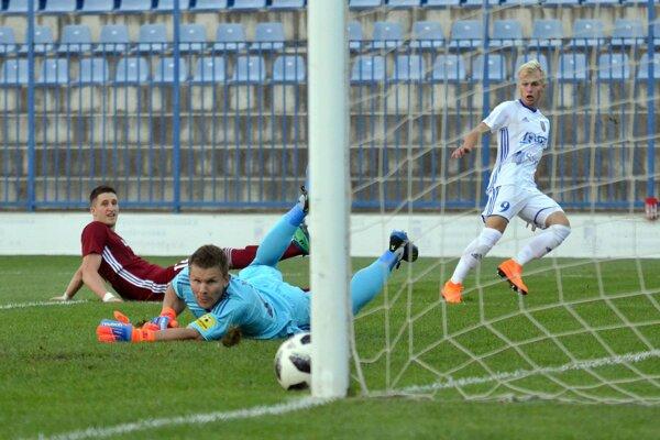 Peter Kolesár (v bielom) strieľa prvý gól.