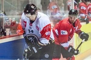 K puku sa snaží dostať Timo Haussener (vľavo), zozadu ho sleduje hráč Banskej Bystrice Branislav Kubka.
