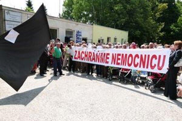 Protest pred nemocnicou v Partizánskom.