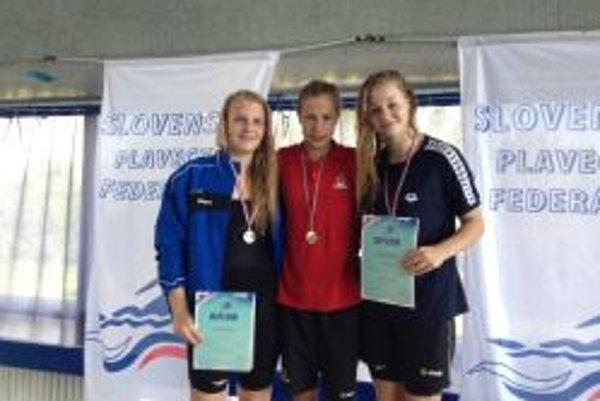 Andrea Podmaníková (v strede) sa na 100 m prsia stala juniorskou majsterkou Slovenska.