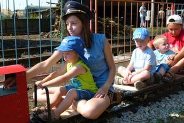 Najmenšie deti potešila nová záhradná železnica.