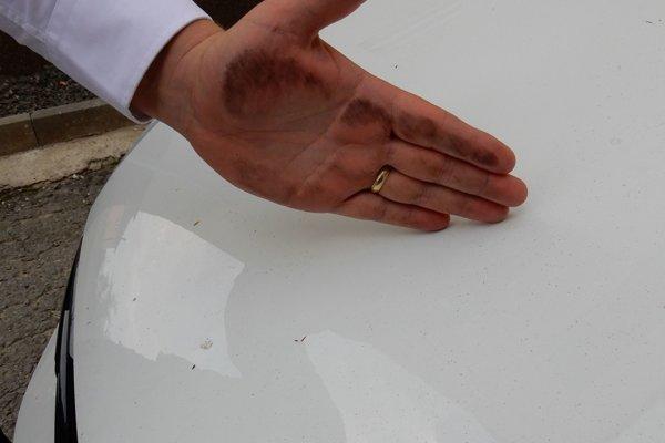 Čierny prach zotretý z auta. Foto je z Nižného Hrušova.