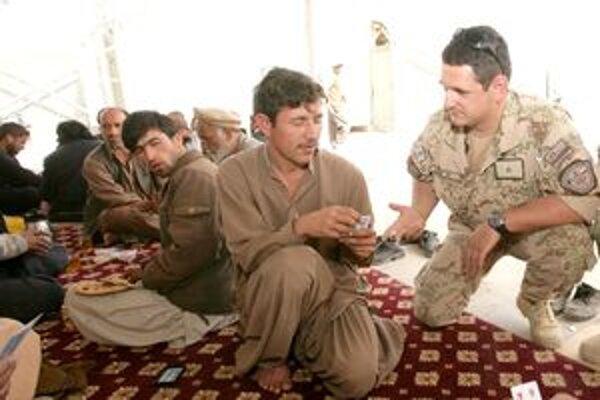Poručík Halas s afganskými vodičmi v Kandaháre.