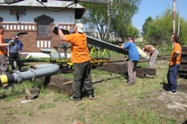 Členovia KMH pri stavaní mechanickej predzvesti.