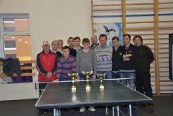 Všetci zúčastnení stolní tenisti.