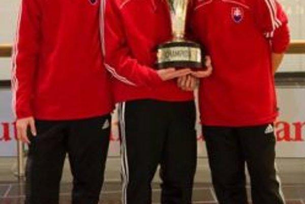 Dávid Šípoš (vľavo) s víťaznou trofejou.