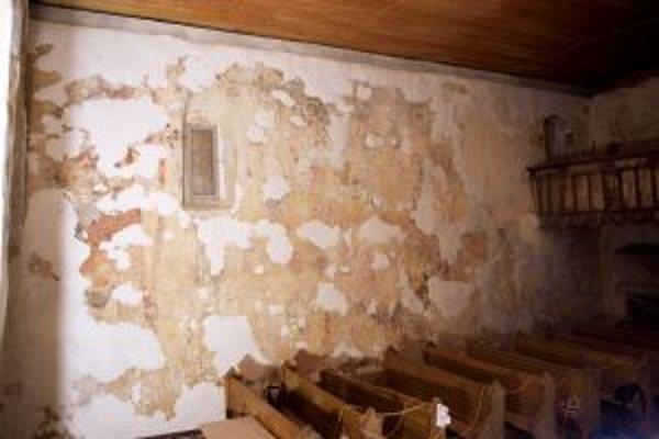 Južná stena po odkryve a vytmelení pripravená na záverečné vyretušovanie.