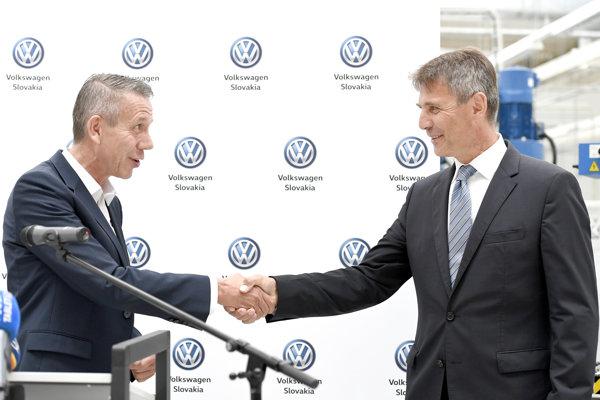 Predseda predstavenstva a člen predstavenstva spoločnosti Volkswagen Slovakia, a.s. Ralf Sacht a vpravo primátor mesta Bratislava Ivo Nesrovnal.