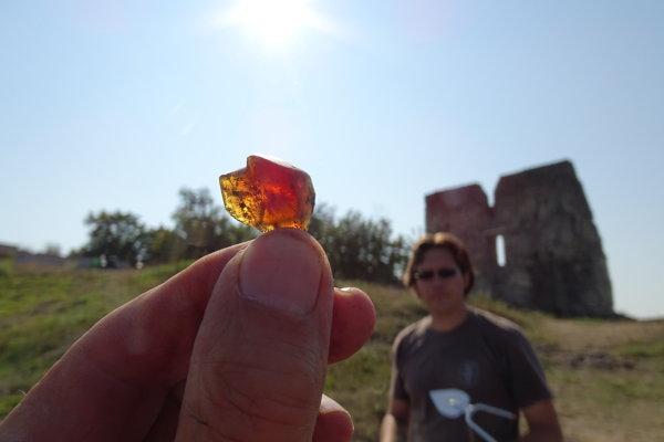 Fragment jantáru nájdený na Pustom hrade.