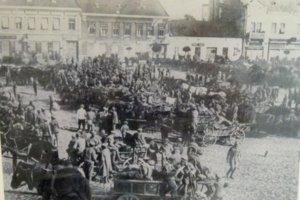 Dobová fotografia zachytáva vojská na námestí v Leviciach.