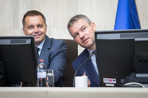 Minister financií Peter Kažimír a premiér Peter Pellegrini na rokovaní vlády.
