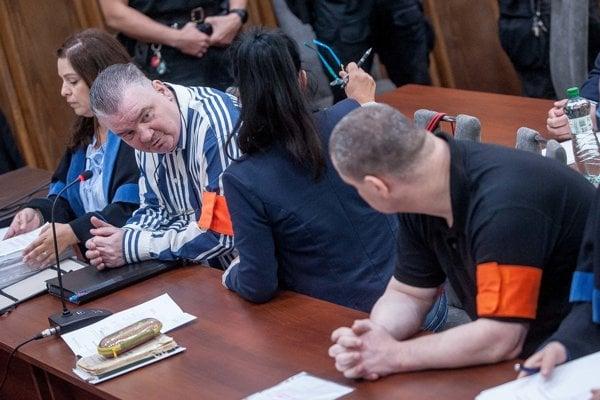 Pojednávanie súdu so skupinou Zsolta N. a spol., tzv. Sátorovcov. Na snímke Zsolt N. (vpravo) a František Z. (druhý zľava). V Banskej Bystrici 15. mája 2018.