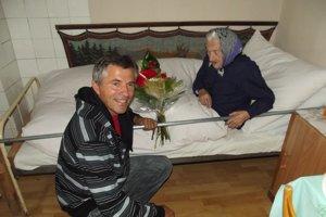 Zlatko Suchár so svojou starou mamou.