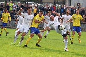 Námestovo (v bielom) bojovalo so srdcom a doviedlo zápas až do penaltového rozstrelu.