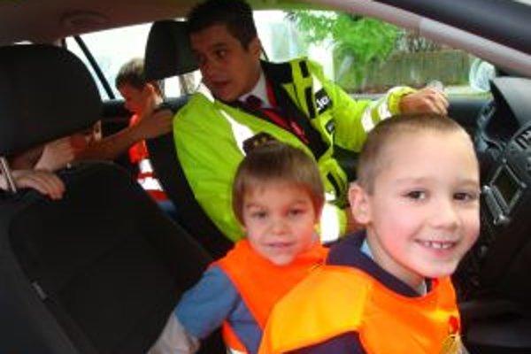 Škôlkari nastupovali do policajných áut s úžasom. Lákali ich hlavne hlučné sirény.