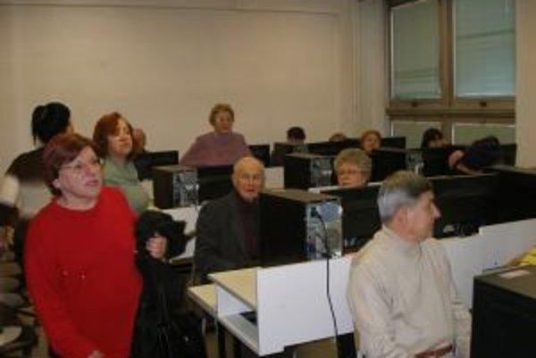 Počítačová učebňa Nadácie Ľudovíta Štúra sa znovu zaplnila seniormi.