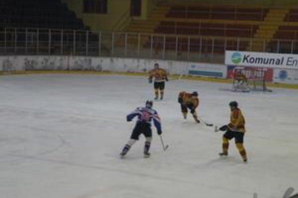 Topoľčianski hokejisti prehrávali v 4. minúte už 0:3.