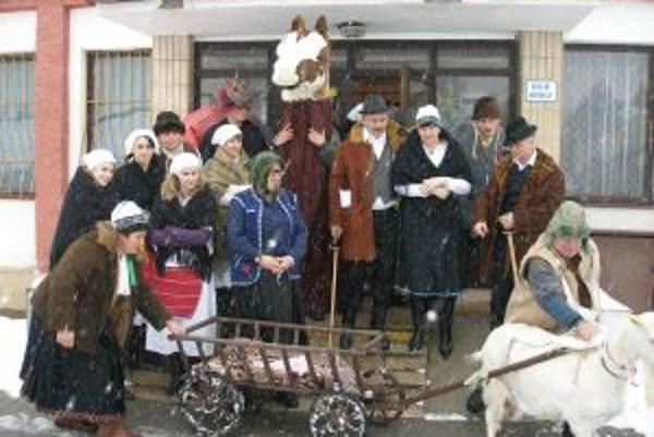 V Práznoviach chodí fašiangový sprievod už 11 rokov.