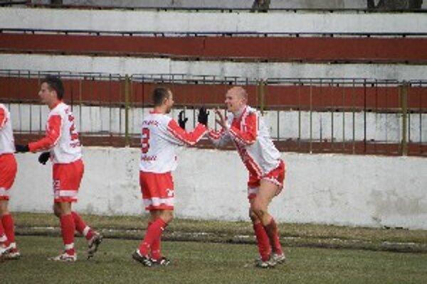 Topoľčany doma vyhrali presvedčivo 3:1. Z gólu sa teší Eduard Gajdoš (vpravo) a Marián Ďatko.