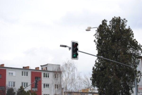 Lampy nad priechodmi pre chodcov zvyšujú ich bezpečnosť.