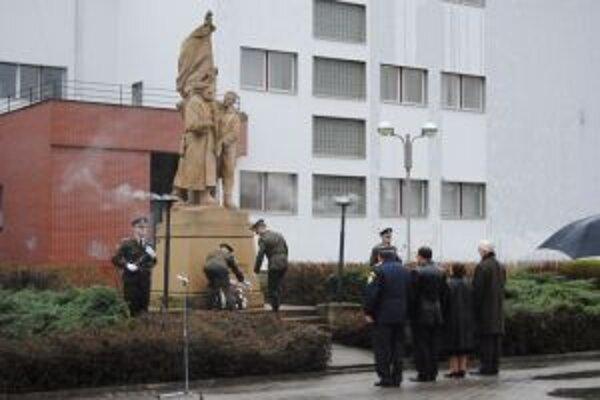 Počas upršaného dňa položili pred pomníky vence.
