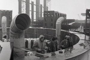 5. február 1986. Zľava Peter Blaško, Miloš Konečný a Peter Marceg z Hydrostavu Mochovce pri úprave obrysovky šachty reaktora prvého bloku.