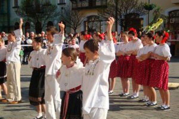 Tradíciu stavania mája predviedol Žochárik.