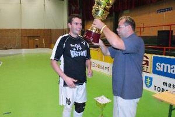Ivan Valko (s pohárom) je hlavným organizátorom turnaja.
