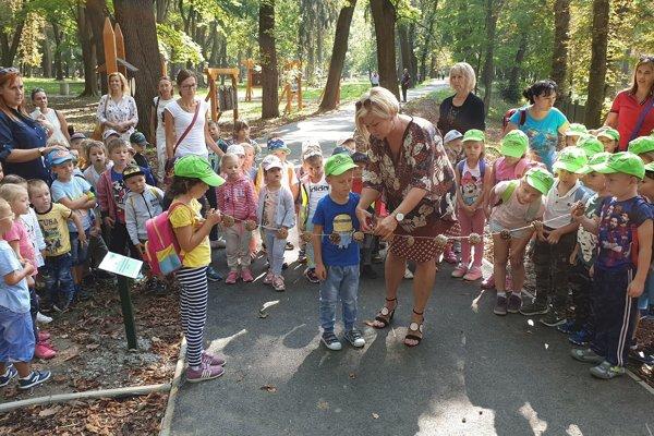 Primátorka Lučenca Alexandra Pivková pri otvorení tretej etapy náučného chodníka v Mestskom parku v Lučenci.