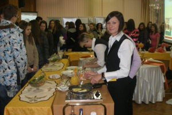 Na burze informácií predvádzali svoje umenie aj žiačky Strednej odbornej školy obchodu a služieb v Topoľčanoch.