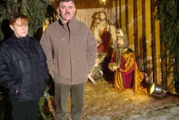 Starosta obce Juraj Trsťan a zhotoviteľka Betlehemu Ľudmila Pavlíková.