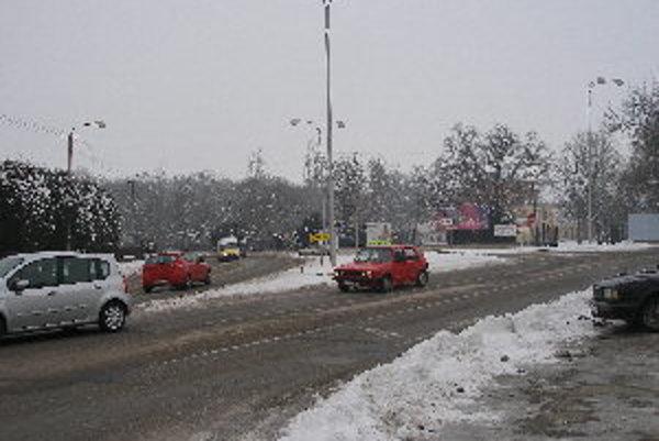 Komplikovaná križovatka je často je miestom dopravných priestupkov aj nehôd.