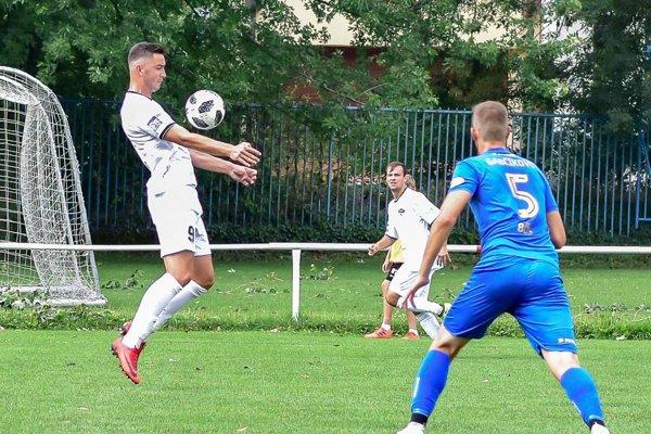 Marek Fábry (FC Nitra jun., vľavo) je so 6 gólmi najlepším strelcom tretej ligy.