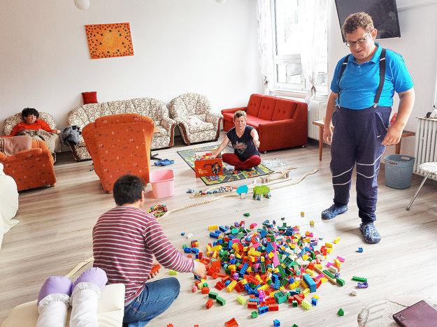 Klienti sa radi hrajú, časť svojich hračiek im darovali deti zo zubereckej škôlky.