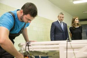 Predseda vlády SR Peter Pellegrini a ministerka zdravotníctva SR Andrea Kalavská počas návštevy Univerzitnej nemocnice sv. Cyrila a Metoda.
