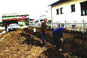 Nezamestnaní odvodňujú aj centrum dediny neďaleko obecného úradu.