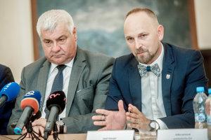 Minister dopravy a výstavby Árpád Érsek (Most-Híd) a predseda Trnavského samosprávneho kraja Jozef Viskupič.