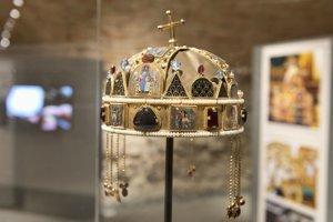 Kópia Svätoštefanskej koruny (Uhorská koruna) zvýstavy Dedičstvo Karola Veľkého na Bratislavskom hrade.