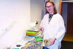 Andrej Bendík ukazuje skameneliny objavené na skládke.