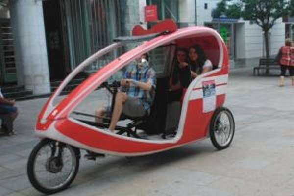 Z takéhoto vozidielka v meste rozdávali letáky o tom, ako sa majú cyklisti správať.