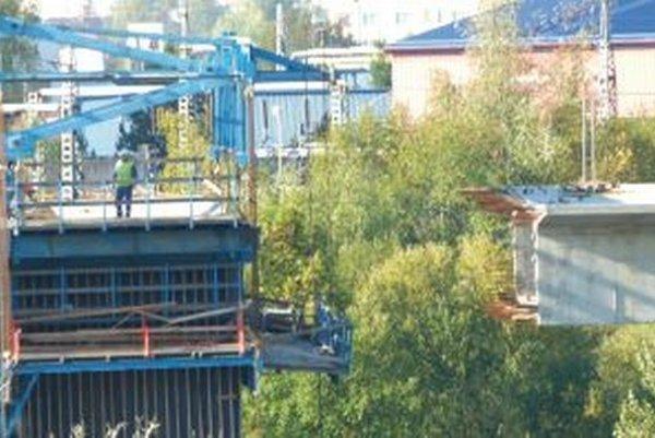 V októbri Patrika neudržala zábrana, keď prehadzoval kábel na druhú stranu mosta.