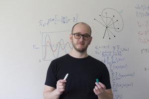 Daniel Reitzner pracuje ako samostatný vedecký pracovník vo Fyzikálnom ústave Slovenskej akadémie vied v Bratislave.