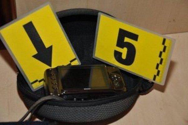 Policajti našli aj fotoaparáty s fotkami nahých detí.